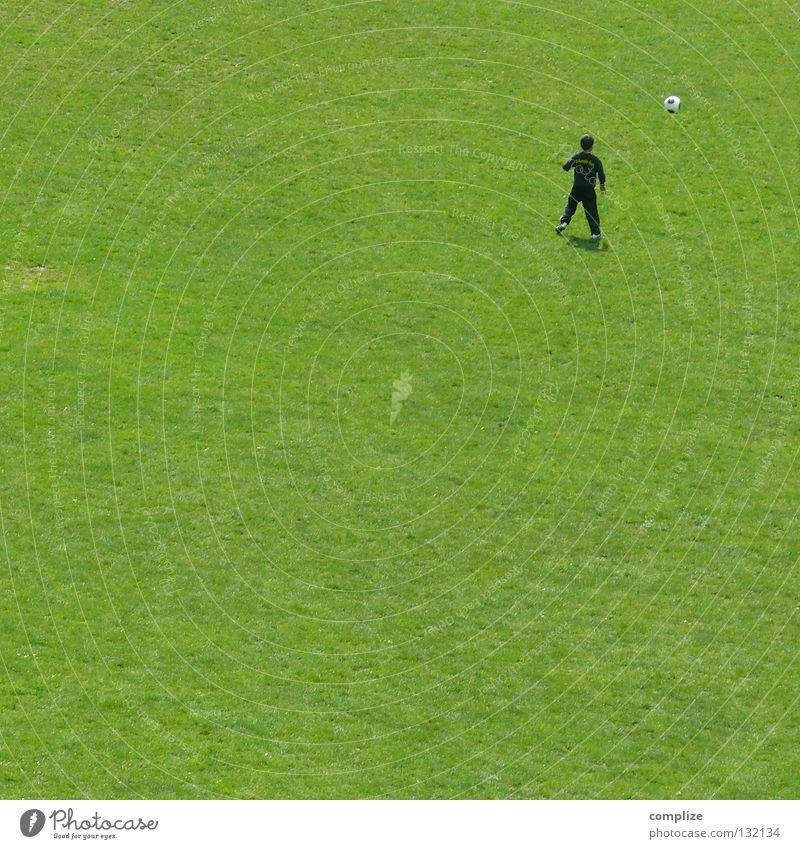 Abseits Kind Freude Wolken Einsamkeit Wiese Sport Spielen Junge Bewegung Gras Regen Schuhe Freizeit & Hobby Fußball Platz Pause