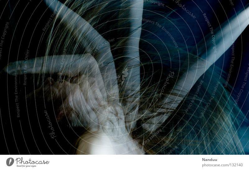 Tentakeln Mensch Frau ruhig dunkel Gefühle Bewegung Haare & Frisuren träumen Tanzen blond Arme berühren nah gefroren Geister u. Gespenster bleich
