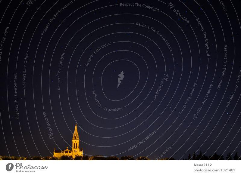 Moonless sky Dorf Kleinstadt Stadtrand Kirche Bauwerk ästhetisch dunkel Unendlichkeit schön Glaube Einsamkeit Kapelle Sternenhimmel sternenklar Nachthimmel
