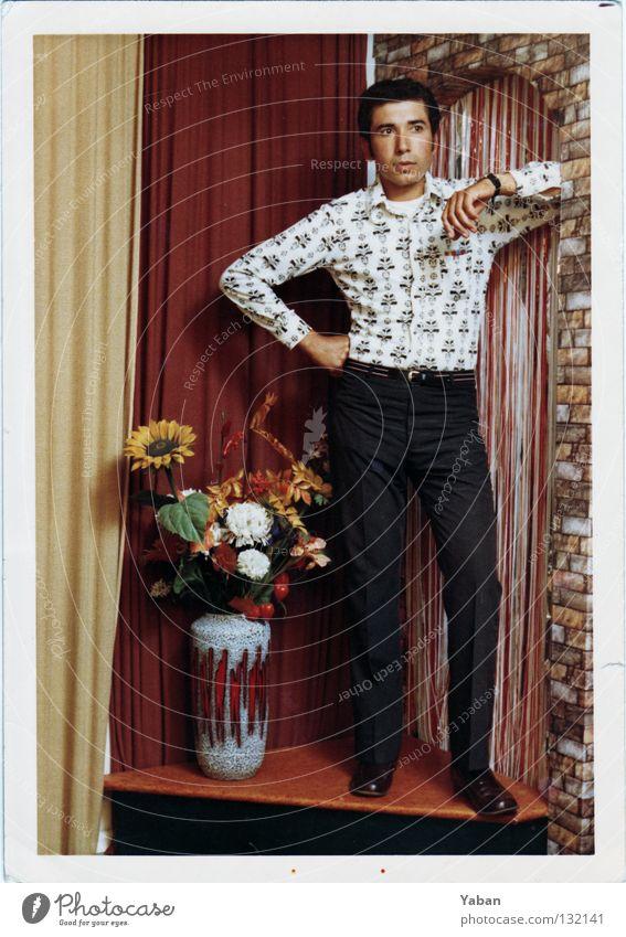 1966 Mann Junger Mann Körperhaltung Werkstatt Studioaufnahme Podest retro knallig scheckig schick Sechziger Jahre Blumenvase Dekoration & Verzierung Vorhang