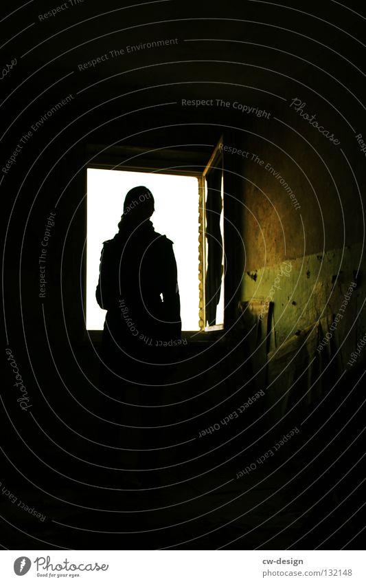 SONNTAGSAUSFLUG dunkel schwarz Licht Frau Fenster Schatten Mensch Dame Kopf Silhouette Kontrast Detailaufnahme alt Einsamkeit Textfreiraum oben