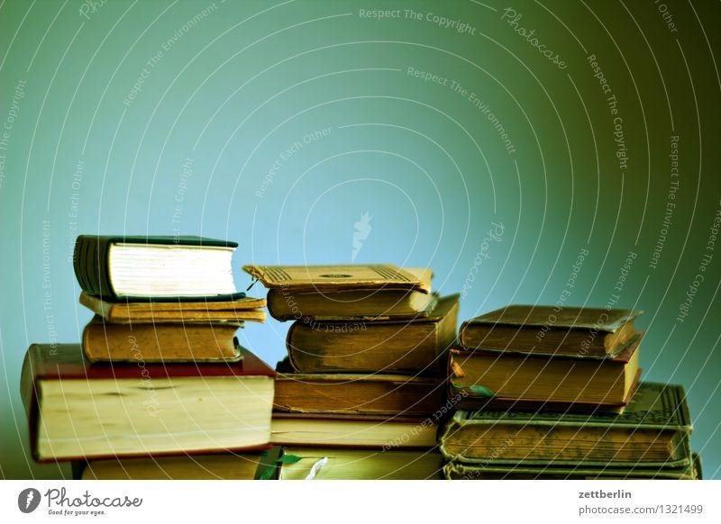 Bücher Buch Stapel Antiquariat lesen Printmedien alt Literatur Bibliothek Studium Kriminalroman Lesestoff Lexikon Wissen Inhalt Aktenordner Buchseite