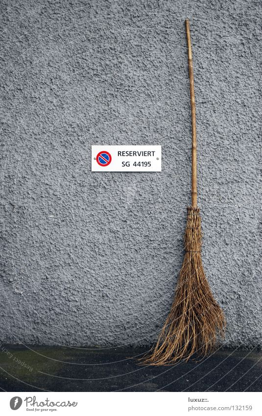 reserviert Einsamkeit Wand Mauer grau 2 Schilder & Markierungen Hinweisschild Gesetze und Verordnungen Medien Stengel Karneval Reinigen Verbote Single Besen Ehe