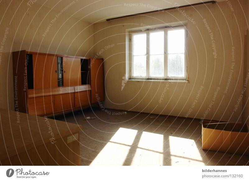 denkmal alt ruhig Einsamkeit gelb Fenster braun Raum Zeit leer Häusliches Leben Vergänglichkeit verfallen vergangen Siebziger Jahre vergessen Schrank