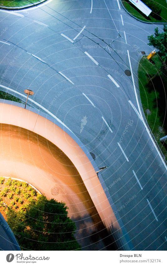 Geradeaus Straße grau Linie Dach Asphalt Streifen Flughafen Verkehrswege erleuchten links Parkhaus Abzweigung Salzburg geradeaus