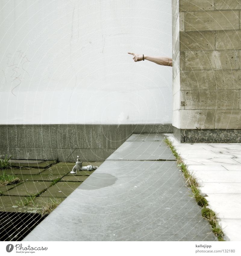 arm-eisenstrassen-wegweiser Mensch Mann Straße Wand Stein Mauer Wege & Pfade Haut Arme Suche Verkehr Finger Show Pfeil Richtung Hinweisschild
