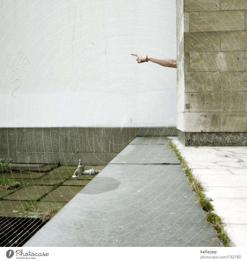 arm-eisenstrassen-wegweiser Wand Mauer Richtung Orientierung Show Suche Wasserhahn nachhaltig Finger Zeigefinger Mann Navigation links rechts Verkehr