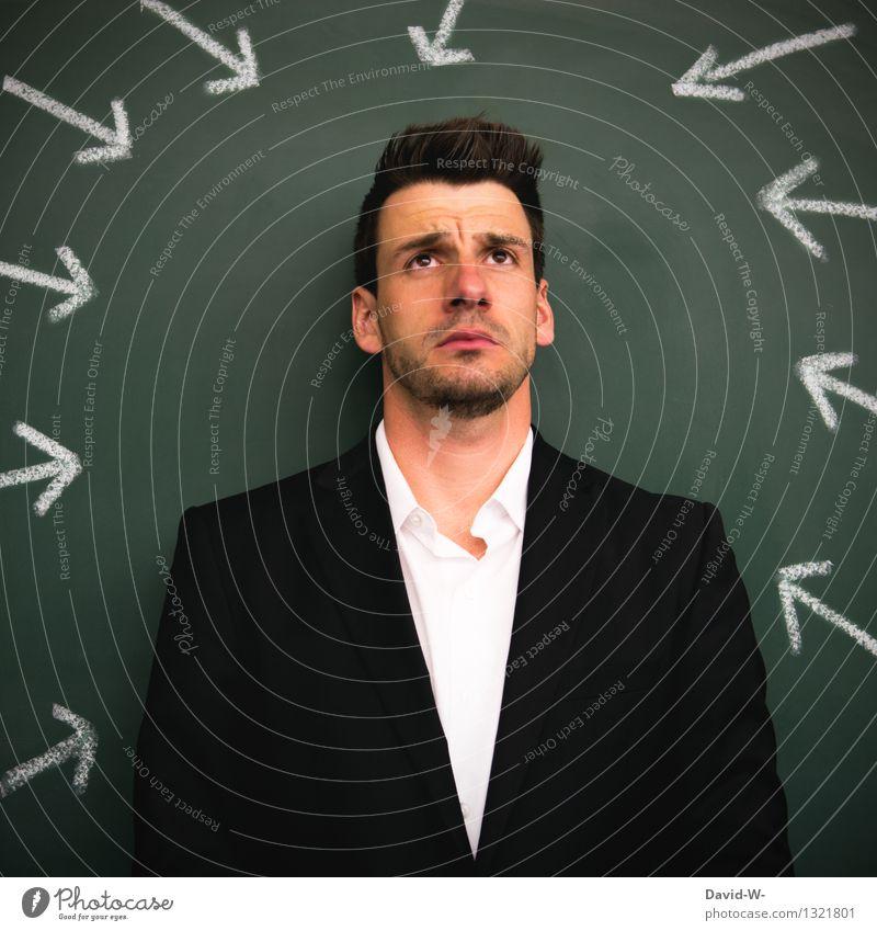 Im Mittelpunkt stehen Mensch Jugendliche Mann Junger Mann 18-30 Jahre Erwachsene Leben Business maskulin Angst Pfeil zeigen Irritation Müdigkeit Anzug