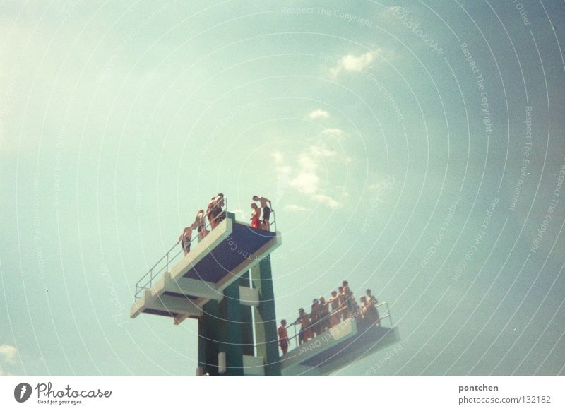 Und....spring! Mensch Himmel blau Wasser weiß Sommer Sonne Wolken Sport Freiheit springen Menschengruppe Schwimmen & Baden Angst Kindheit Treppe