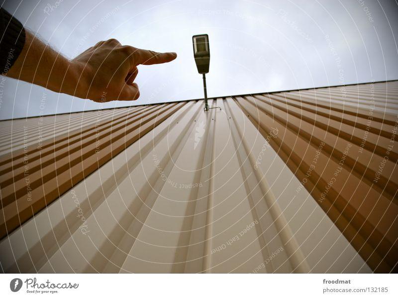 zeig mir den weg ins dunkel Licht Lampe Show aufstrebend Finger Zeigefinger Hand Wand braun sehr wenige kalt Stil Laterne Glühbirne elektronisch Elektrizität