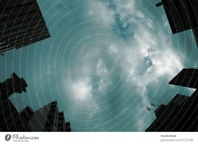 DISTANZ WAHREN Himmel Stadt Haus Wolken dunkel Gebäude Angst Wetter groß Hochhaus Kraft Fassade Macht bedrohlich Sturm