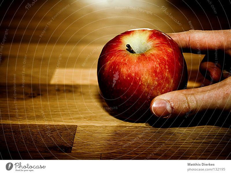 Apple Tisch Holztisch Gesundheit rot gelb Hand Finger nehmen Ernährung Gegenlicht knackig Saft saftig genießen Vitamin Stengel Fingerkuppe entstehen Gift