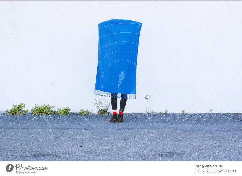 Hang Mensch blau Erholung Wand feminin Mauer Lifestyle Mode Fuß elegant Schuhe geheimnisvoll Stoff hängen Strümpfe kuschlig