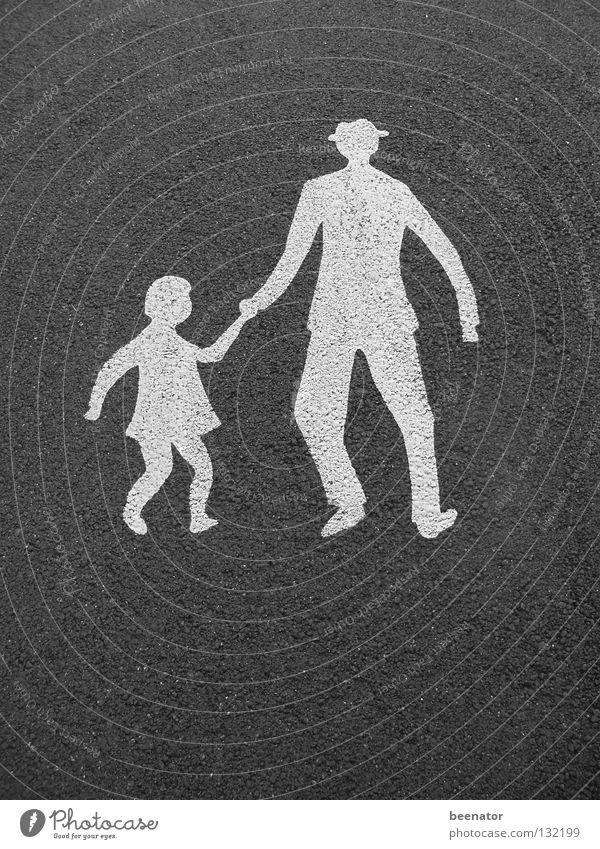Parental Advisory Kind Vater Tochter Hand in Hand Verkehrssicherheit Zebrastreifen Asphalt weiß schwarz gehen Fußgänger Verkehrswege Warnhinweis Warnschild