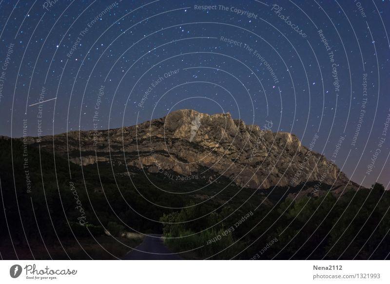 Sainte Victoire by night II Himmel Natur Landschaft dunkel Berge u. Gebirge Umwelt Straße Wege & Pfade Erde fantastisch Stern Schönes Wetter Unendlichkeit