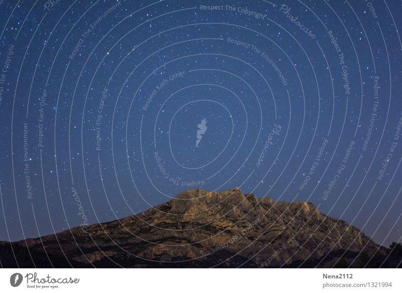 Sainte Victoire by night I Himmel Natur Landschaft dunkel Berge u. Gebirge Umwelt fantastisch Stern Schönes Wetter Weltall Gemälde Wolkenloser Himmel