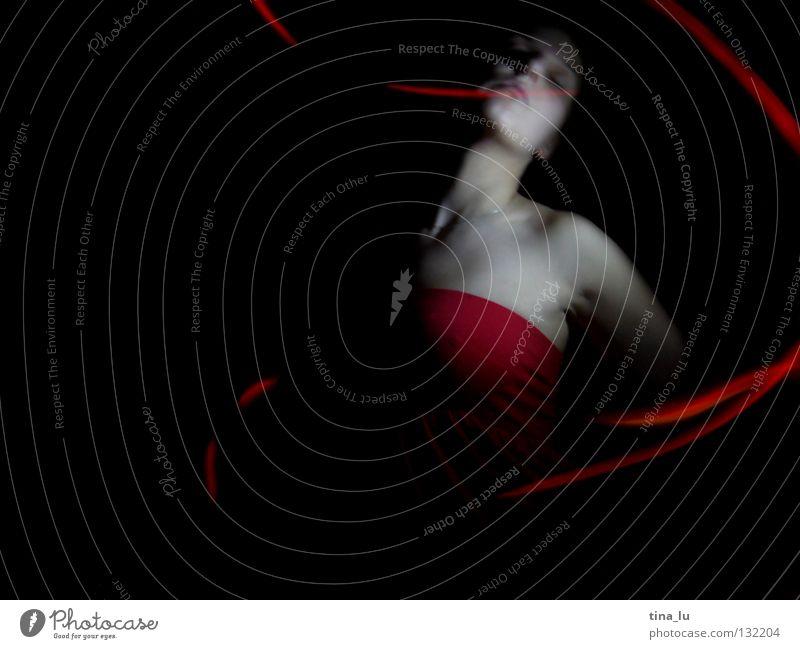 dancing in the dark IV Frau Hand schön rot dunkel feminin Bewegung Tanzen Haut Arme elegant 3 ästhetisch Körperhaltung Flügel geheimnisvoll