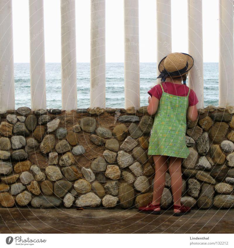 Fantastic Sea III Kind Mädchen Meer Perspektive Schaum Begeisterung Klippe staunen hocken
