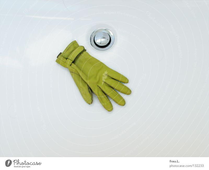in die Wanne gefallen Handschuhe Leder Badewanne grün weiß Abfluss glänzend Wohnung dreckig Sauberkeit Am Rand Feigenblatt schick Froschkönig Schwimmhilfe