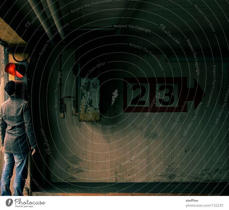 Ampelmann Knall rot grün Vorfahrt Parkhaus 2 3 Wand Mauer Verkehr Verkehrswege Mann Straßennamenschild kalle Ampelmännchen blinken