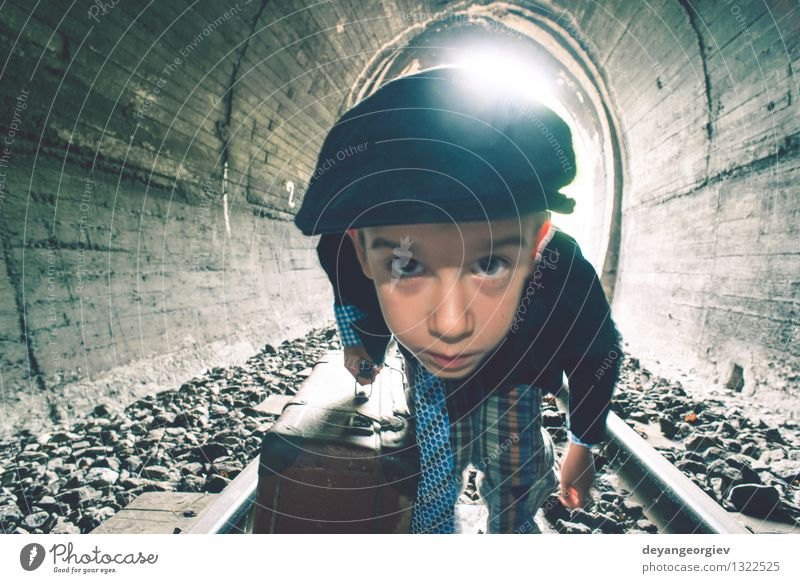 Kind, das auf Eisenbahnstraße mit Weinlese siutcase geht schön Ferien & Urlaub & Reisen Ausflug Mensch Junge Frau Erwachsene Verkehr Straße Wege & Pfade U-Bahn