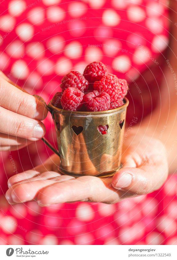 Frau im roten Kleid, das eine Schale Himbeeren hält Frucht Vegetarische Ernährung Lifestyle Sommer Garten Mädchen Erwachsene Hand Herz Liebe frisch natürlich