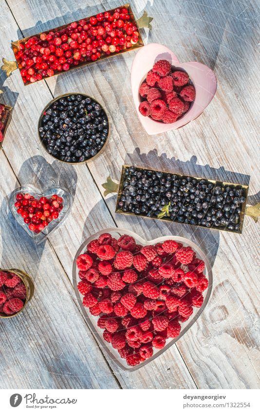 Rote und schwarze Himbeere und Blaubeere Natur blau Farbe weiß rot natürlich Frucht frisch Beeren Dessert Vitamin Vegetarische Ernährung saftig Erdbeeren