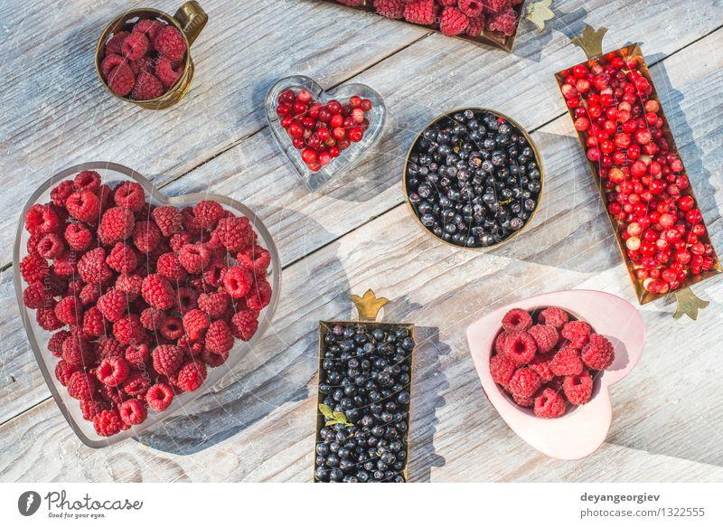 Rote und schwarze Himbeere und Blaubeere Frucht Dessert Vegetarische Ernährung Natur frisch natürlich saftig blau rot weiß Farbe Beeren Himbeeren Blaubeeren