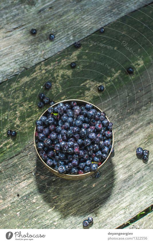 Blaubeeren in einer Schüssel Gemüse Frucht Dessert Ernährung Vegetarische Ernährung Schalen & Schüsseln Sommer Menschengruppe Natur frisch oben saftig blau Holz