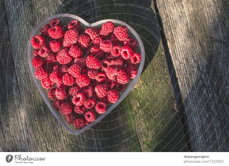 Himbeeren in einer Schüssel auf Holz Natur grün schön Sommer weiß rot Liebe natürlich Feste & Feiern Frucht frisch Herz Papier Romantik Symbole & Metaphern
