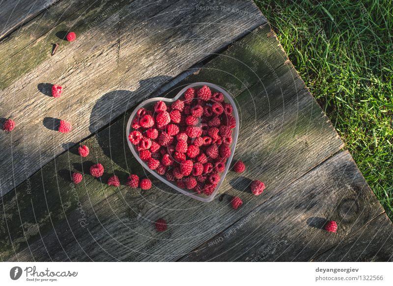 Himbeeren in einer Schüssel auf Holz Frucht Dessert Diät Schalen & Schüsseln schön Sommer Valentinstag Natur Papier Herz Liebe frisch natürlich saftig grün rot