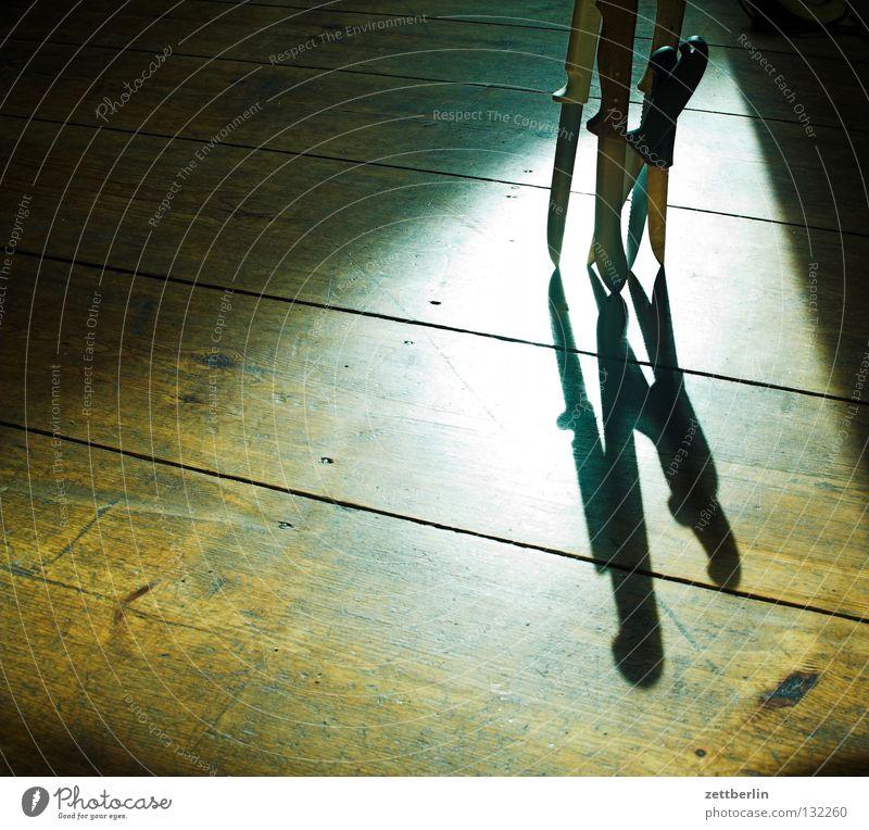 Messer Sonne Angst gefährlich mehrere bedrohlich Bodenbelag Häusliches Leben Gewalt obskur Handwerk Waffe Holzfußboden