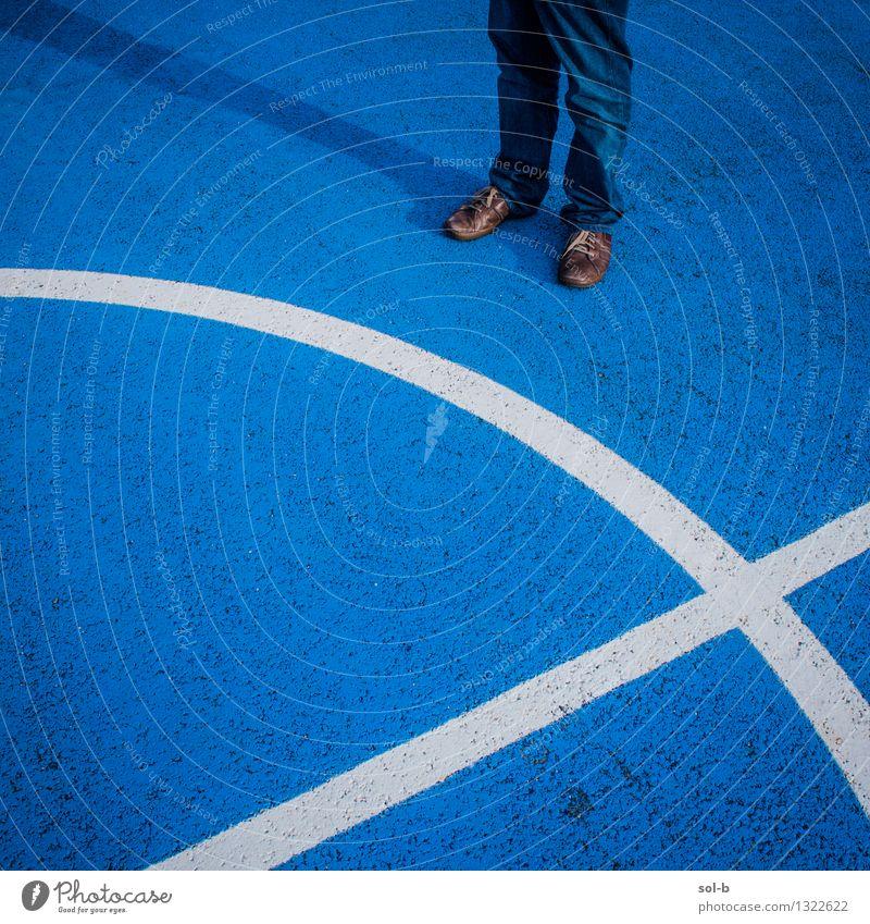 wtnrndgn Sportstätten Sportveranstaltung maskulin Junger Mann Jugendliche Erwachsene Beine Fuß 1 Mensch Jeanshose Schuhe stehen blau Asphalt modern Spielfeld