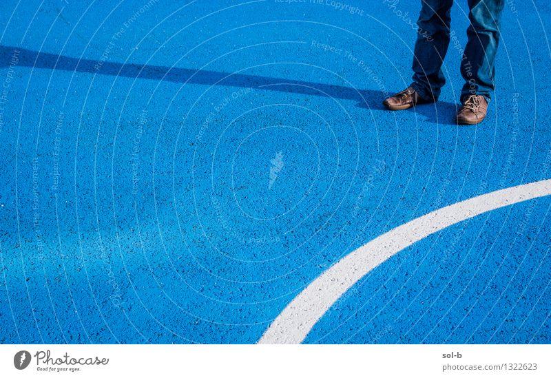 drctnsdffr feminin Junger Mann Jugendliche Beine Fuß 1 Mensch Jeanshose Schuhe blau Asphalt stehen bemalt Kurve warten Linie Spielfeld Farbfoto Außenaufnahme