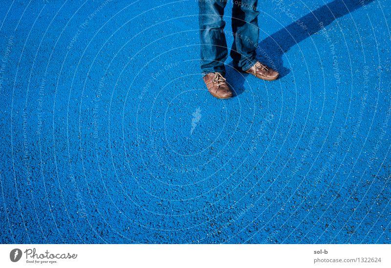 lstlwthtlns maskulin Junger Mann Jugendliche Beine Fuß 1 Mensch blau stehen Einsamkeit Asphalt warten Schuhe Jeanshose Stadtleben angemalt Tarnung Farbfoto