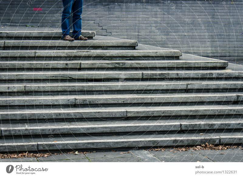 lstndfnd Bildung Arbeit & Erwerbstätigkeit Arbeitsplatz Junger Mann Jugendliche Beine 1 Mensch Mauer Wand Treppe Jeanshose Schuhe stehen warten oben Stadt grau