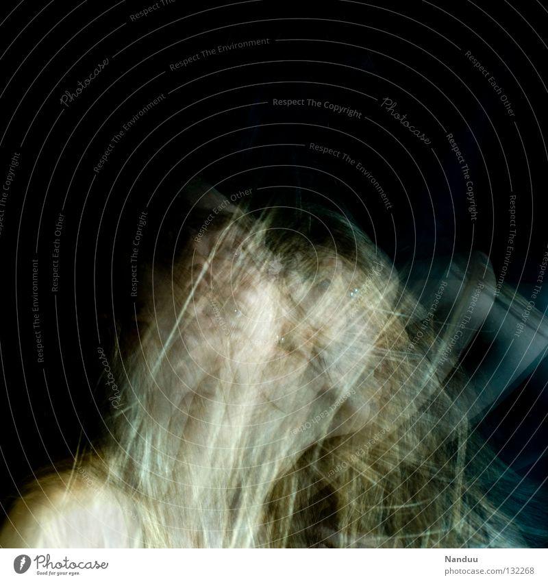Shake Mensch Frau ruhig Gesicht dunkel Gefühle Bewegung Haare & Frisuren Kopf träumen Tanzen blond Arme berühren nah gefroren