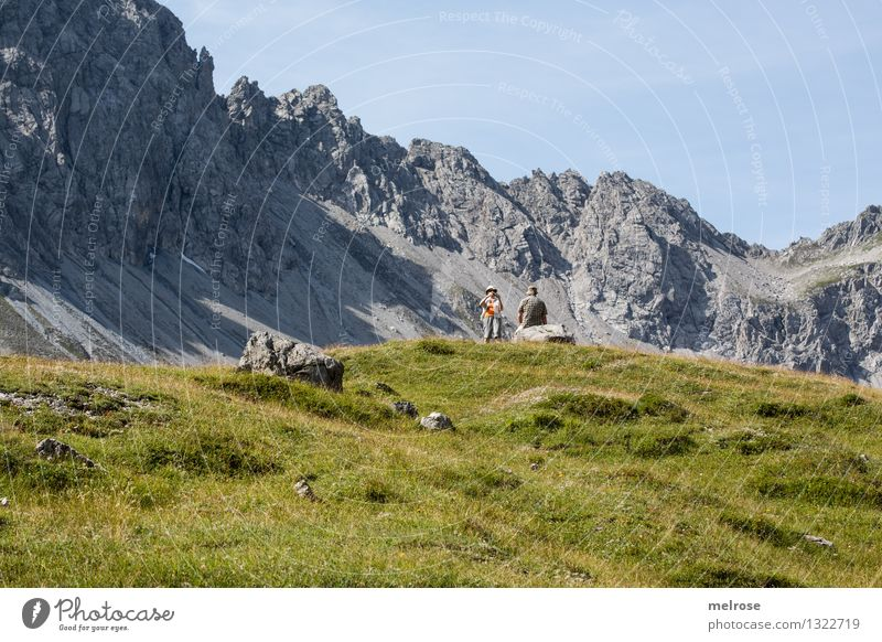 Touris on Tour Mensch Himmel Natur blau grün schön Sommer Erholung Landschaft Wolken Berge u. Gebirge Leben Senior Gras feminin grau