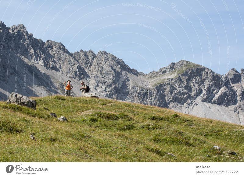 Do sen mir ... Mensch Himmel Natur blau grün Sommer Erholung Landschaft Berge u. Gebirge Senior grau Paar Tourismus Erde wandern 60 und älter