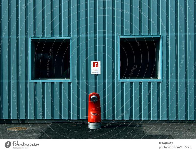 o i o sehr wenige Hydrant zentral graphisch rot Stil Schweiz löschen Löschwasser Versorgung Fenster Wand Streifen gestreift Anschluss Detailaufnahme Wasser