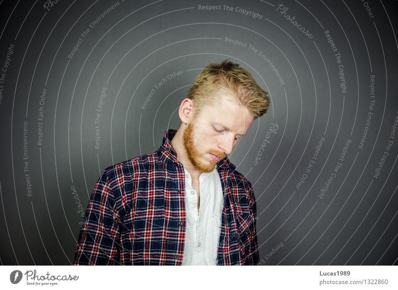 bärtige Trauer Studium lernen Student Prüfung & Examen Mensch maskulin Junger Mann Jugendliche Erwachsene 1 Hemd Haare & Frisuren blond rothaarig kurzhaarig