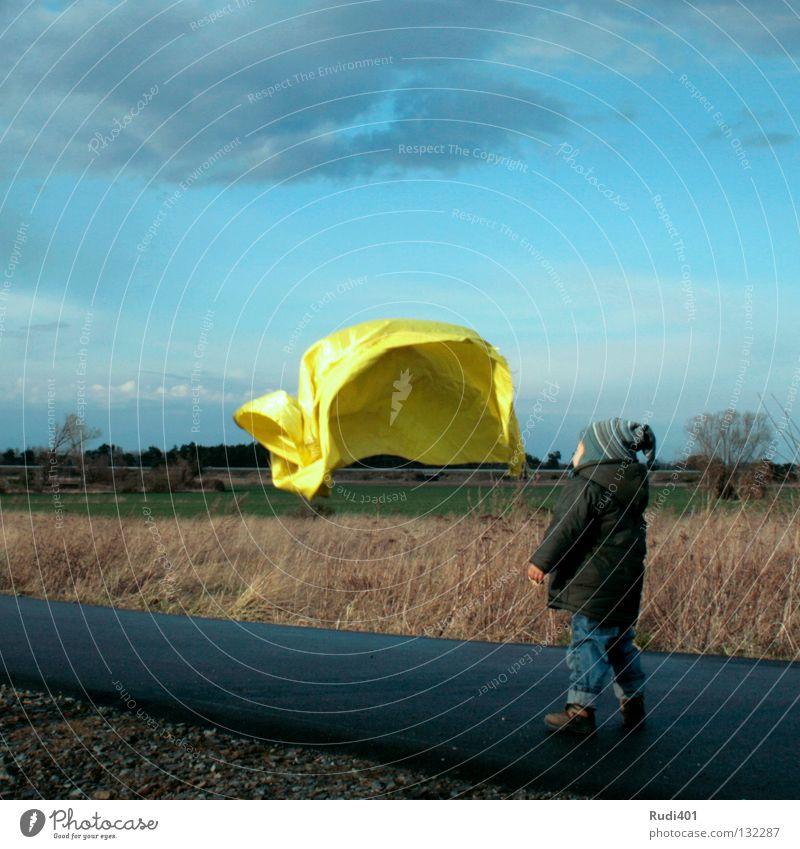 puste tuch Kind flattern Wind Luft gelb kalt klein blasen Sog Spielen Freude Tuch fliegen wehen gold bewundern staunen