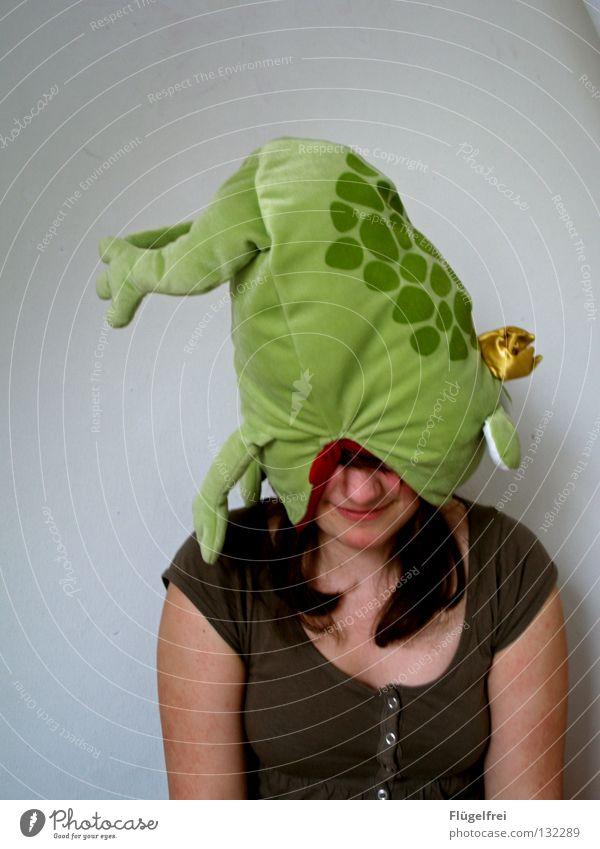 Frosch auf'm Kopf Freude Frau Erwachsene Beine Tier Hut Stofftiere Fressen bedrohlich lecker gold grün Appetit & Hunger gefährlich auffressen Froschkönig