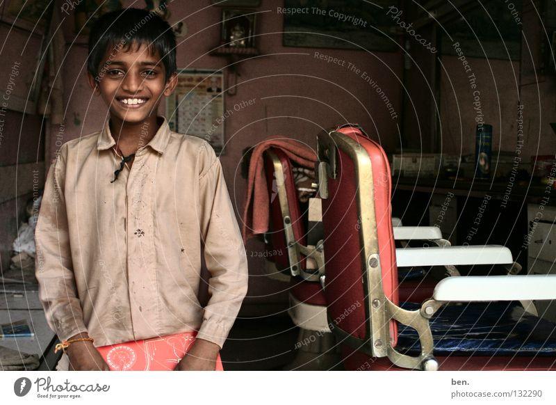 Lieber junger Mann aus Neral, Kind Junge lachen Asien Wachstum Friseur Indien grinsen Zeitschrift Bildung unschuldig