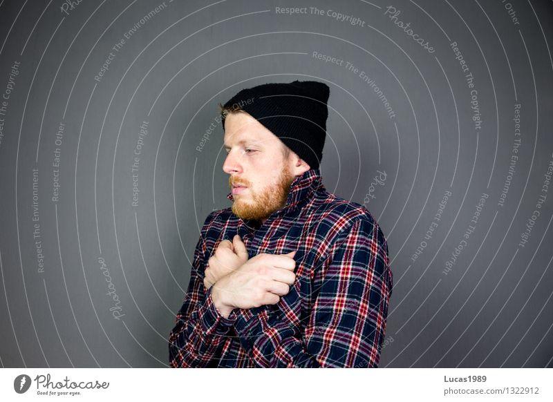 frösteln Mensch maskulin Junger Mann Jugendliche Erwachsene 1 Mode Bekleidung Hemd Mütze Bart kalt Traurigkeit Sorge Trauer Liebeskummer Sehnsucht Heimweh