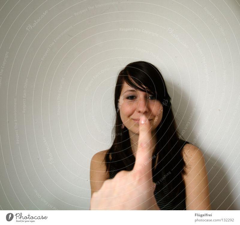 Pssssst! Frau Mensch Hand ruhig Erwachsene klein lachen lustig Finger Lippen Mund berühren Konzentration grinsen Verbote gestikulieren
