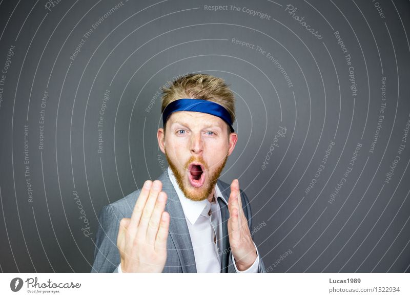 Mann mit Anzug und Krawatte um den Kopf wie Karate Kämpfer oder Ninja Arbeit & Erwerbstätigkeit Beruf Büroarbeit Vorgesetzter Führer Wirtschaft Medienbranche
