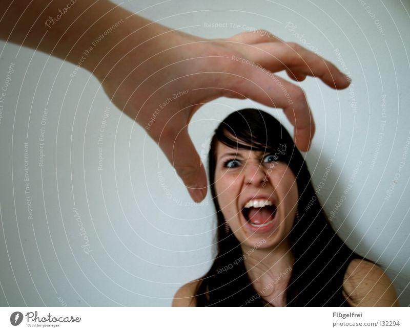 Nicht zupacken! sprechen Frau Erwachsene Auge Zähne Arme Hand Finger fangen schreien Gefühle Angst Verzweiflung zerquetschen Panik eingeengt aufreißen