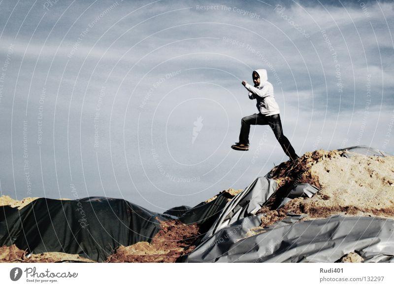 abheber grau springen Bewegung hüpfen Froschperspektive Schweben Mut Spielen Mann Tanzen Himmel fliegen Sand