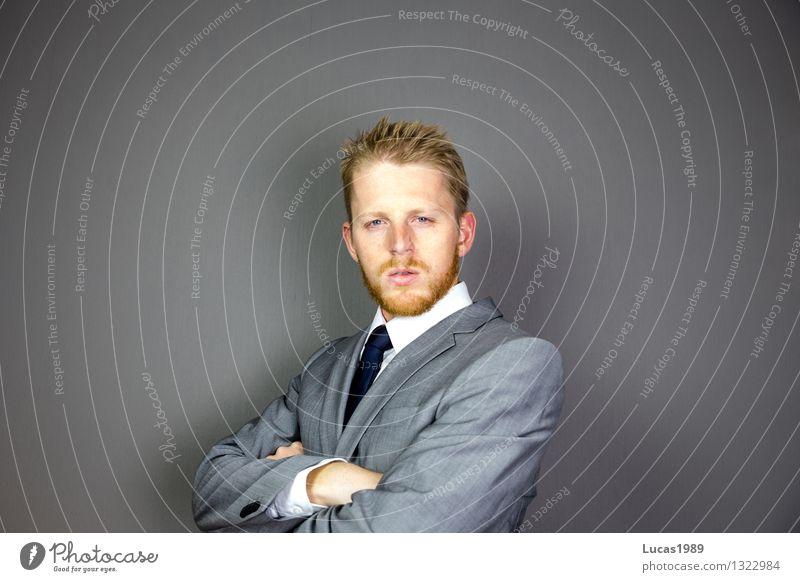 junger Mann mit Bart im Anzug Arbeit & Erwerbstätigkeit Beruf Büroarbeit Wirtschaft Business Karriere Erfolg sprechen Team Mitarbeiter Vorgesetzter Führer